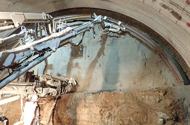 トンネルの形をしたアーチ型の鋼製フレーム